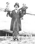 C.1923 Giant Holding 2 Dwarfs-al G. Barnes Circus-photo