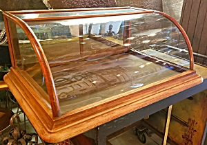 CURVED GLASS SHOWCASE (Image1)