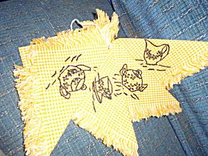 Vintage Embroidered Tablecloth 4 Napkins  (Image1)