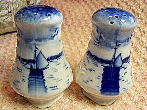 Salt and Pepper Shakers Blue and White Boat (Image1)