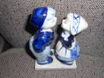 Click here to enlarge image and see more about item MB-DEL46: Delfts Blue Figurine Kissing Couple Holland