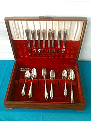 50 Pc. Wm. Rogers Flatware Set--Exquisite (Image1)
