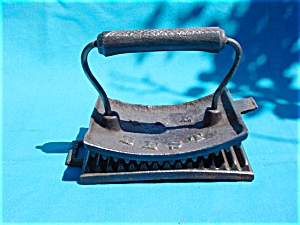 "Vintage ""The Best"" Iron Fluter (Image1)"