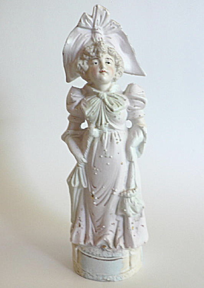Porcelain Figurine Woman with Hat (Image1)