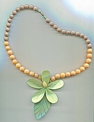 WOODEN GREEN FLOWER NECKLACE (Image1)