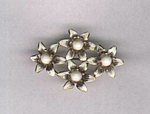 AUSTRIA WHITE FLOWER OVAL PIN (Image1)