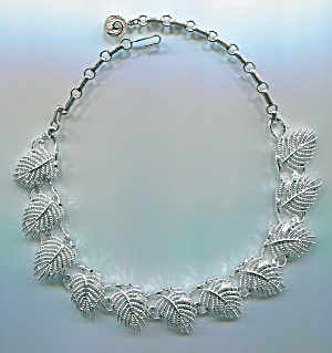 LISNER SILVERTONE METAL LEAF NECKLACE (Image1)