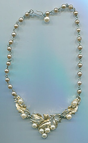 CORO GOLD TONE & PEARL V DESIGN NECKLACE (Image1)