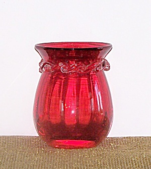 SHORT RED GLASS VASE, RIPPLE TRIM (Image1)