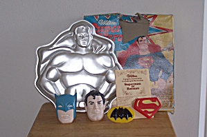 Wilton Super Heros, Batman & Superman Cake Pan Set (Image1)