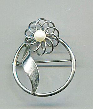 SILVER CIRCLE PIN W/ WIRE FLOWER & PEARL (Image1)