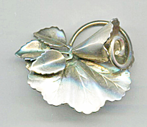 VEINED 5 PETAL LEAVES GOLD TONE PIN (Image1)