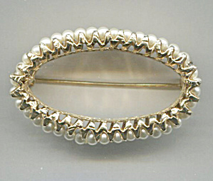 OVAL GOLD TONE PIN W/ PEARLS ON SIDE (Image1)