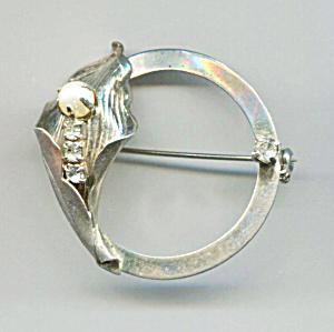 GOLD CIRCLE PIN W/CALLA LILY, PEARL & RHINESTONES (Image1)