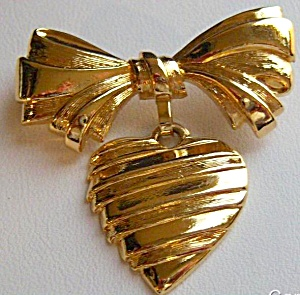 VINTAGE AVON GOLD TONED HEART & BOW PIN (Image1)