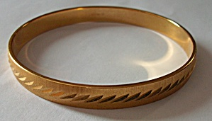VINTAGE TRIFARI SILVER TONE ENGINED BRACELET / BANGLE (Image1)