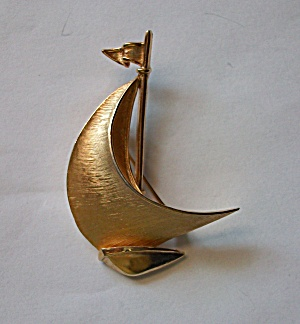 VINTAGE TRIFARI SAILBOAT GOLD TONE BROOCH (Image1)