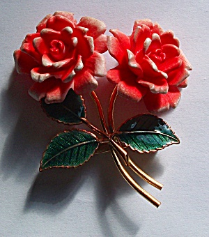 1970`S DOUBLE FLORAL PLASTIC & ENAMEL GOLD TONE BROOCH (Image1)