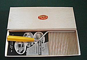 VINTAGE SCHNEIDER CAKE BREAKER RED NOS W/ BOX (Image1)