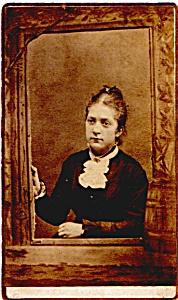 Young Woman in Frame vintage Carte de Visite photo (Image1)
