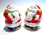 Click here to enlarge image and see more about item sps44: Vintage Christmas Santa Claus salt & pepper shaker set