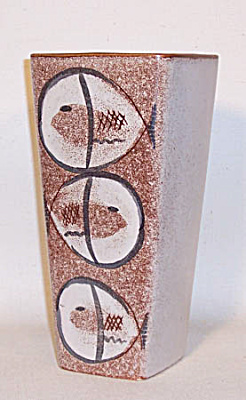 Ballard #50 3 Fish decorated square top vase (Image1)