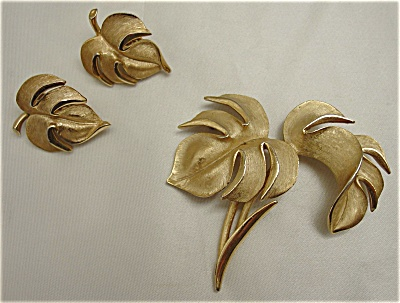Vintage Trifari Brushed Gold Brooch and Earring Set (Image1)