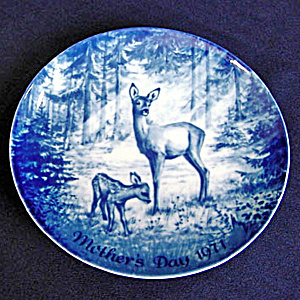 Doe and Fawn Blue and White 1971 German Mothers Day Plate (Image1)