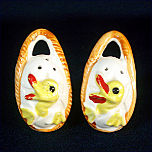 Ducks In Egg Basket Ceramic Salt and Pepper Shakers (Image1)