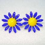Click to view larger image of Blue Daisy Flower Enameled Metal Clip Earrings 60s Mod (Image1)