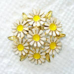 Click here to enlarge image and see more about item 14128: Daisy Cluster Enameled Goldtone Pin or Brooch