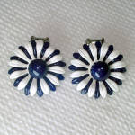 Click here to enlarge image and see more about item 14203: Mod Navy White Enamel Daisy Flower Clip Earrings