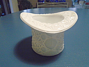 Fenton White Milk Glass Daisy Hat Vase (Image1)