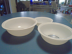Pyrex Clear Bottom Set Of 3 White Mixing Bowls