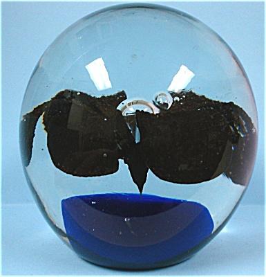 Flower Center Glass Paperweight (Image1)