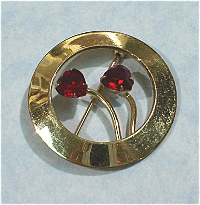 Wells Circle Pin With Red Rhinestone Hearts (Image1)