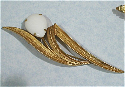 Sarah Coventry Goldtone Pin with Milk Glass Cabechon (Image1)