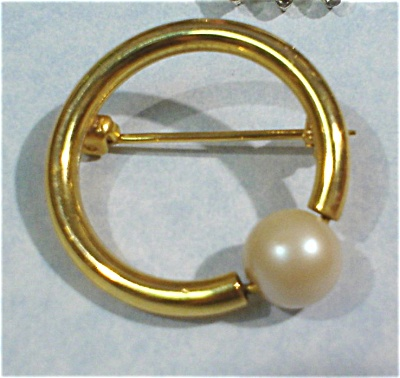 Circle Pin with Faux Pearl (Image1)