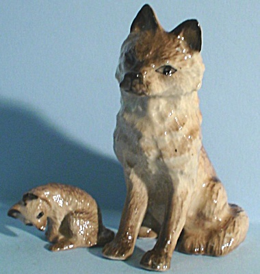 K0881b Sitting Wolf With Pup