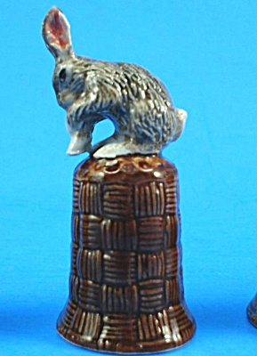 K4131 Grey Grooming Rabbit On Basket Thimble