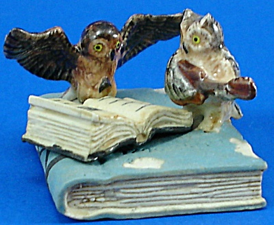 K482 Owls on Antique Style Books (Image1)