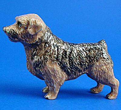 K1381 Standing Norfolk Terrier