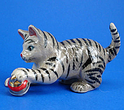 R116r Grey Tabby Cat Playing With Christmas Ornament