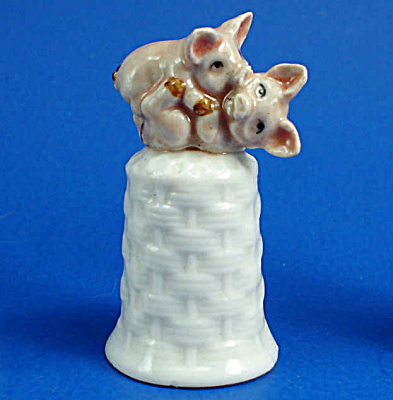 K476 Piglets Playing On Basket Thimble