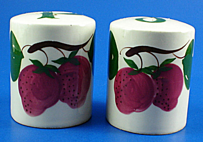 Decora California Pottery Strawberry Salt and Pepper (Image1)