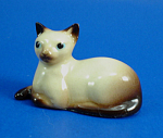 Click here to enlarge image and see more about item h02314: Hagen-Renaker Miniature Lying Siamese Cat