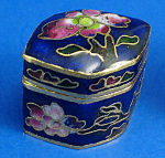 Click here to enlarge image and see more about item n02084: Miniature Enamel Metal Box