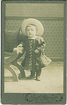 Carte De Visite – The amazing standing baby. (Image1)