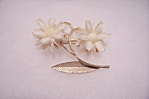 Avon White Floral & Gold Tone Brooch/Pin (Image1)
