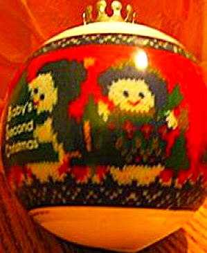 ANY BABY'S SECOND CHRISTMAS 1983 NO DATE QX226-7 Satin Ball Plastic Sleeve Box Croche (Image1)